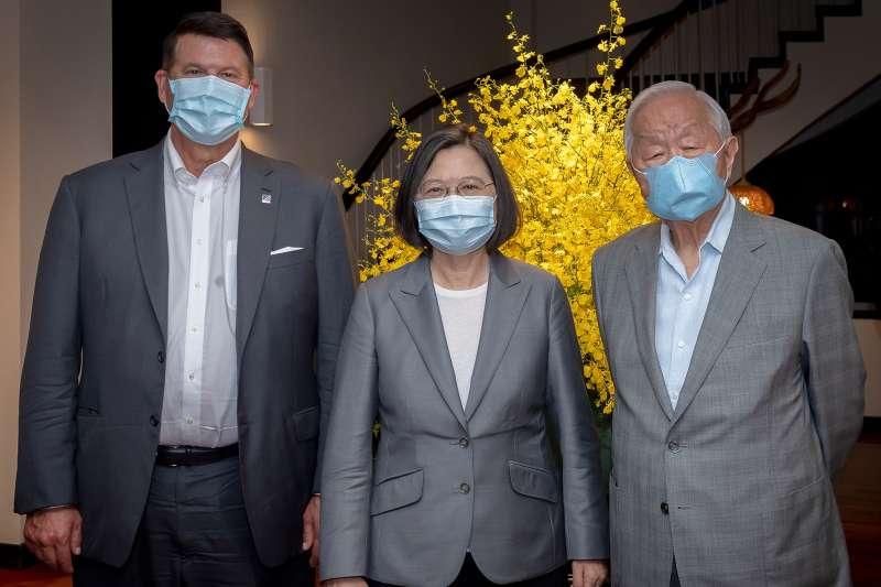 總統蔡英文(中)18日於官邸宴請美國國務院次卿柯拉克(左),台積電創辦人張忠謀(右)也受邀出席。(取自蔡英文臉書)