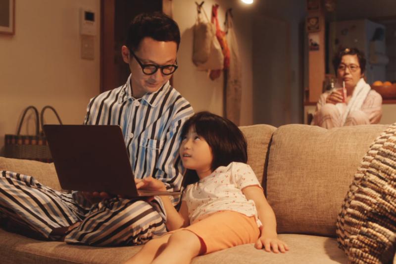 有血緣關係的人,才叫做家人嗎?日本小說《接棒家族》透過一個女孩優子的故事,探討家人和家庭最真實的意義。(圖/翻攝自youtube)