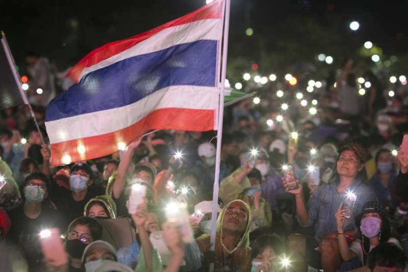 泰國學生抗議浪潮未歇,法政大學學生團體19日夜宿皇家田廣場,要求修憲、政府下台以及王室改革。(AP)