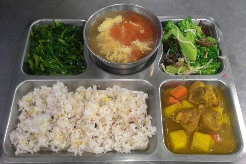 你有想過營養午餐裡的台式咖哩,為什麼是螢光黃嗎?(示意圖/取自暖西國小營養午餐網站)