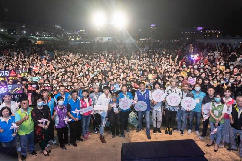 新北市長侯友宜也展現青春活力,與藝人團體八三夭及現場民眾熱情交流。(圖/新北市文化局提供)