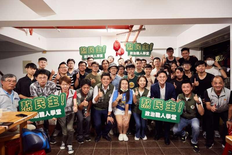 民進黨青年部的青年課程「熬民主!政治職人學堂」加開第二季課程,並挑選新竹市做為首發場。(民進黨提供)
