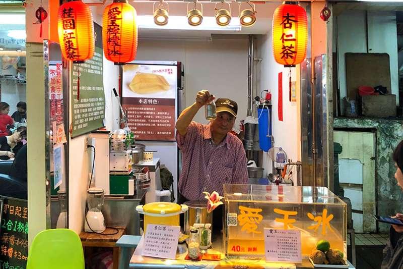 超級熱情老闆介紹自家食材,從愛玉到提味檸檬汁都是純天然(資料照:華西街觀光夜市粉絲團)