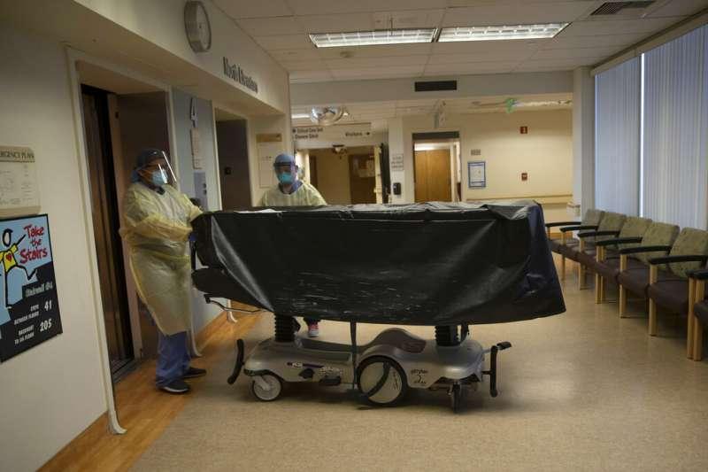 美國加州的醫護人員正在將新冠肺炎的死者移至太平間。(美聯社)