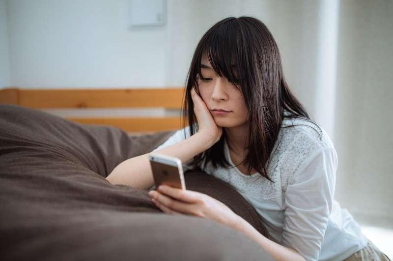 很多人害怕失望,就變得不期待任何事情,但心理學發現這樣反而會更容易陷入憂鬱……(示意圖/取自pakutaso)