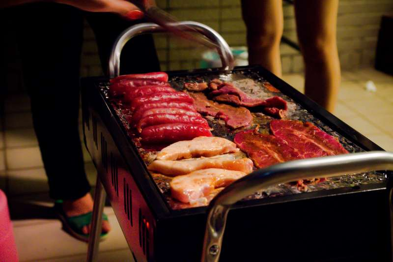 喜歡吃燒烤或炒、煎、炸物的人要注意了,這些食物可能含有苯駢芘,尤其是烤焦的部分,裡面有一種被 IARC 列為一級致癌物的多環芳香族碳氫化合物。(圖/取自flickr)