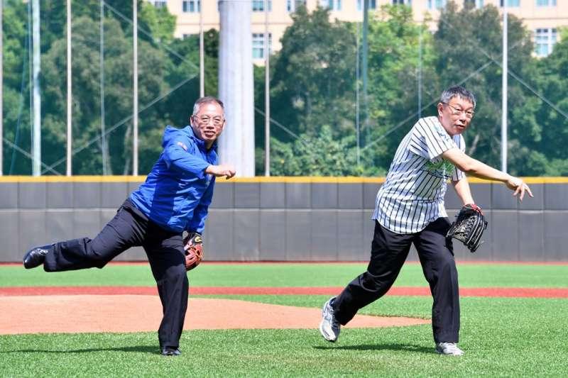 台北市立天母棒球場近日整修完畢,台北市長柯文哲(右)及教育部體育署主秘葉丁鵬(左)21日赴天母棒球場為紀念賽開球。(取自台北市政府官網)