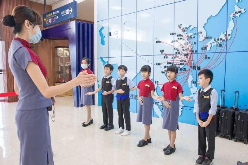 中華航空為回饋南部旅客對華航的支持,將於10月9日再推出「小小空服員 高雄起飛」體驗行程。(圖/中華航空提供)
