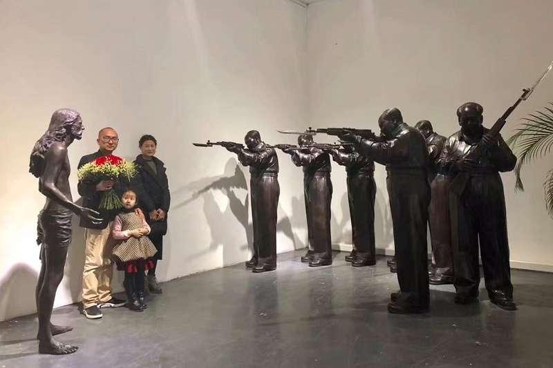 中國政府於疫情期間將詩人王藏(左)及其家屬以「涉嫌煽動顛覆國家政權罪」逮捕。(資料照,取自王藏妻子王麗推特)