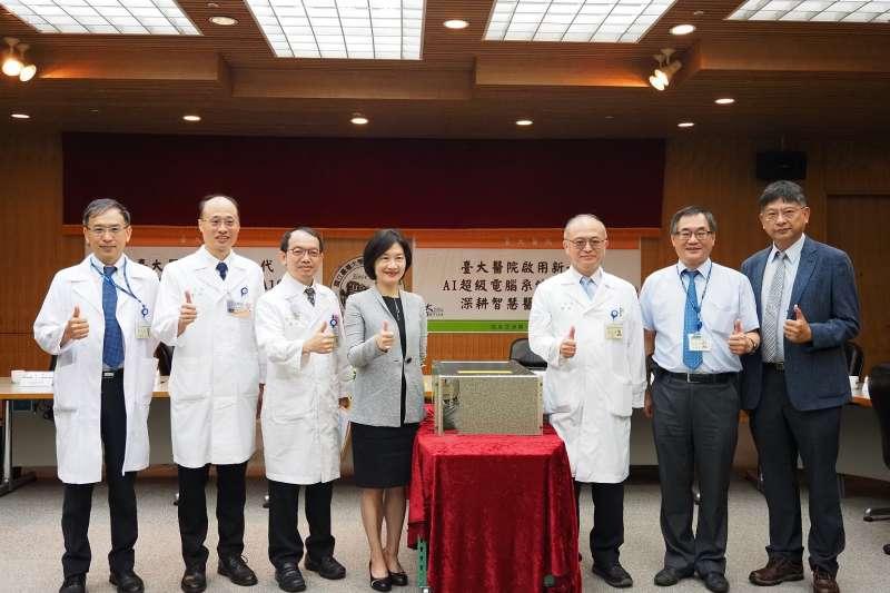臺大醫院院長吳明賢 (右三) 、臺大醫院醫療團隊與 NVIDIA 全球副總裁暨台灣區總經理邱麗孟 (左四) 共同出席 NVIDIA DGX A100啟用記者會。( NVIDIA提供)