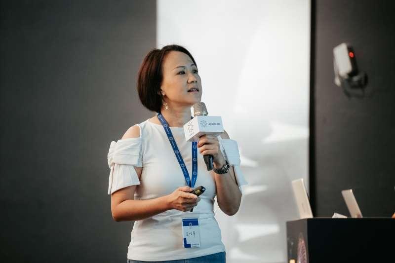 共同發起人石恬華感謝導師導生與志工們無私付出,並提出全新2030十年計畫,希望擔任未來領袖陪跑員,為台灣創造更美好的明天。(華人領袖100提供/蔡艾迪攝影)
