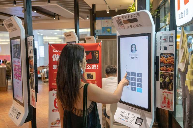 9月稍早上海一家商店內,一名女子正在使用支付寶的人臉辨識設備進行支付。(RAUL ARIANO FOR THE WALL STEET JOURNAL)