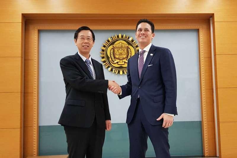 呂文忠(左)與賈智賢(右)宣布美台跨境合作打擊網路犯罪的成果。(侯柏青攝)