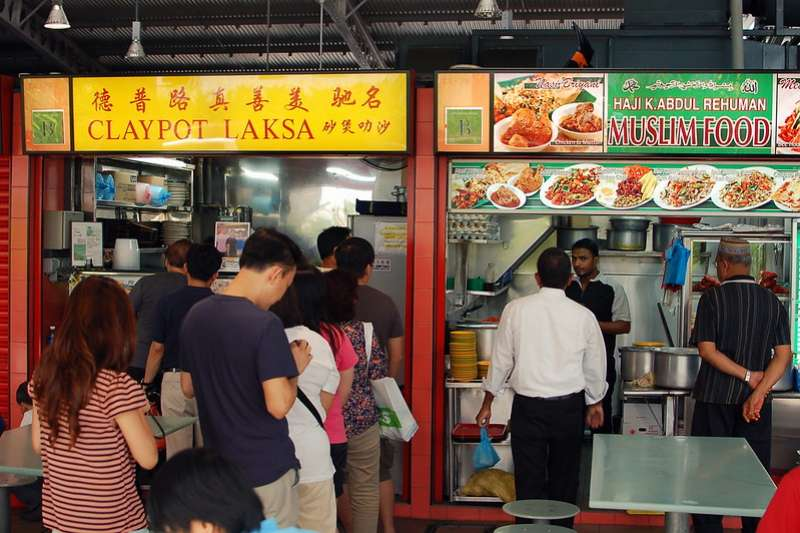 小販中心融合新加坡的多元文化與民族,新冠疫情卻使許多攤販面臨經營危機(Tiberiu Ana@flickr/CC BY 2.0)