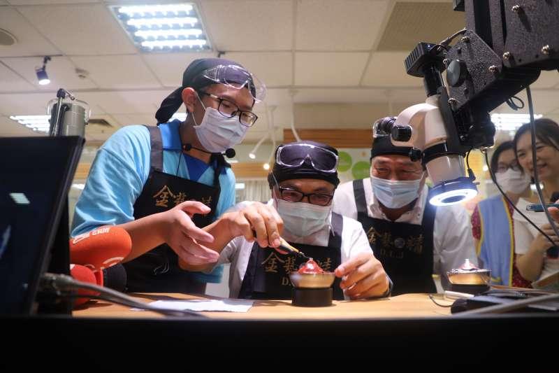 新北市長侯友宜親自體驗珠寶金工課程。(圖/新北市教育局提供)