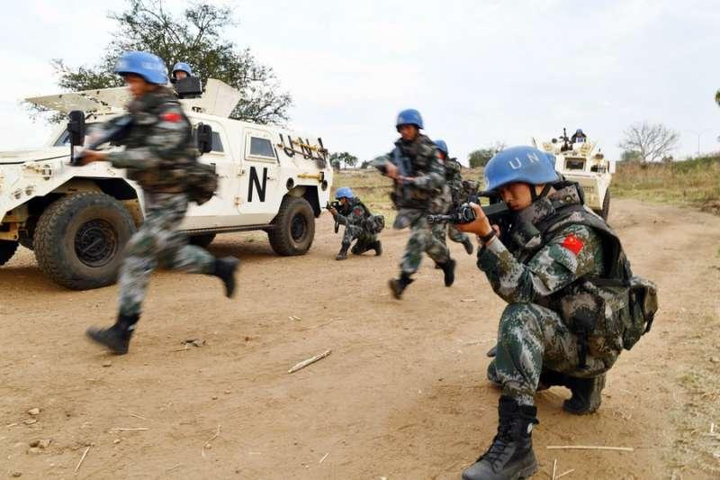 中國維和部隊戴著藍色頭盔被稱為「中國藍盔」。(翻攝自China Xinhua News Twitter)