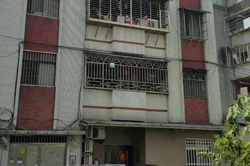 士林河通街公寓3樓凶宅,日前進行法拍,最終以市價65折拍出。(寬頻房訊提供)