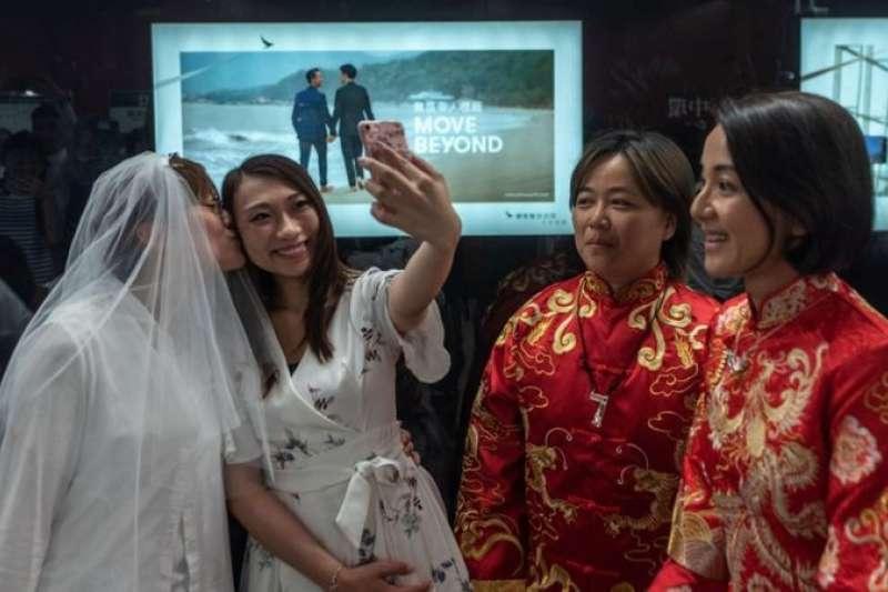 調查顯示,約一半香港市民贊成同志享有結婚權,23%的人不同意。(BBC中文網)