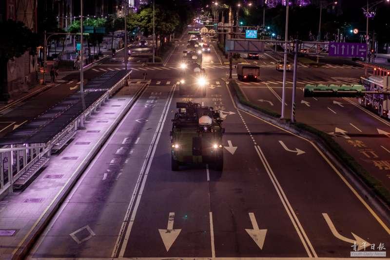 20200923-雲豹甲車23日凌晨於台北市中華路實施夜間機動測試。(取自青年日報)