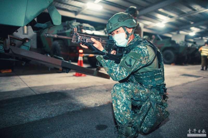 20200923-雲豹甲車23日凌晨於市區實施夜間機動測試,人員下車警戒。(取自青年日報)