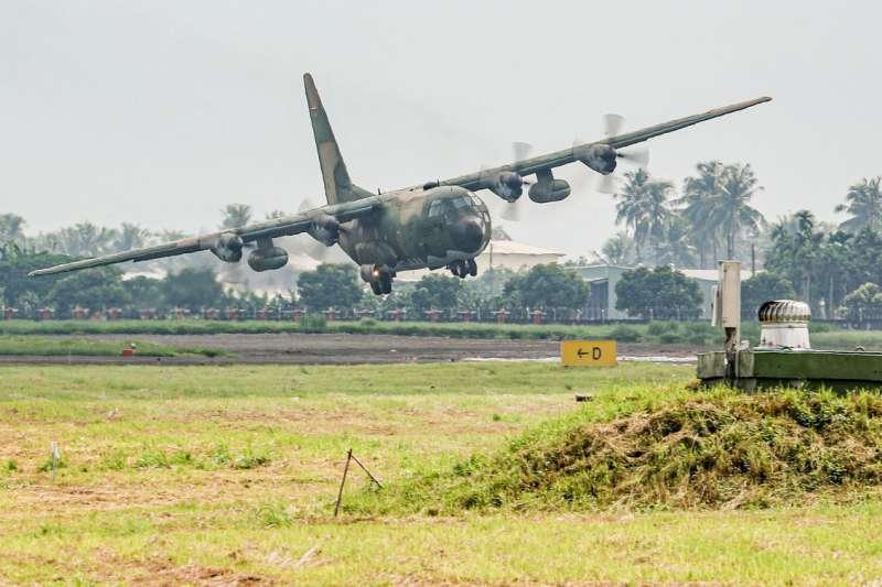 空軍22日於屏東進行飛行展示活動,包括C-130H運輸機(見圖)和P-3C反潛機都有進行動態展示。(取自青年日報)