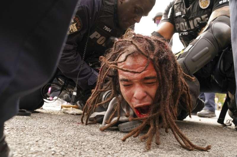 美國肯塔基州檢察長23日宣布大賠審判調查結果,泰勒案3名涉案警察,僅1名遭起訴,引發路易斯維爾市民激烈抗議。(AP)