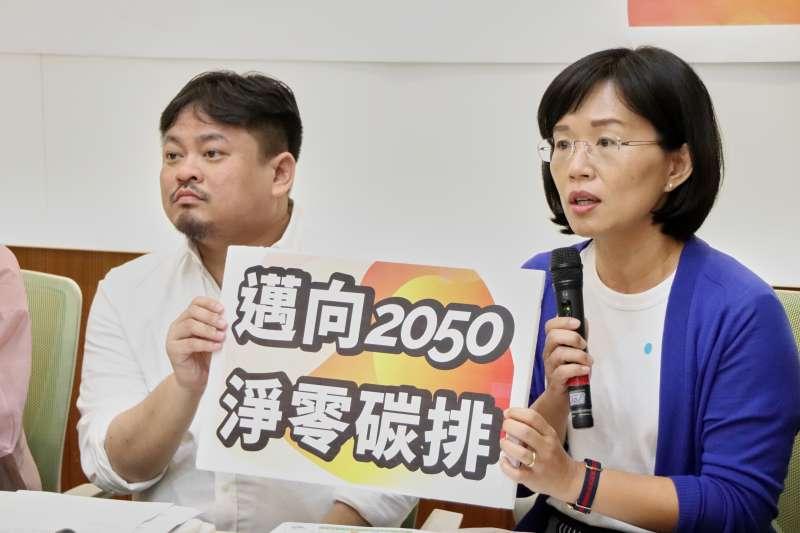 20200924-民進黨立委洪申翰(左)等立委24日舉辦記者會,共同要求行政團隊應正視氣候變遷,並且提出邁向2050淨零碳排、推出台版綠色政綱、提出《氣候變遷法》、納入多元社群參與氣候政策,完善台灣的氣候治理。(洪申翰國會辦公室提供)
