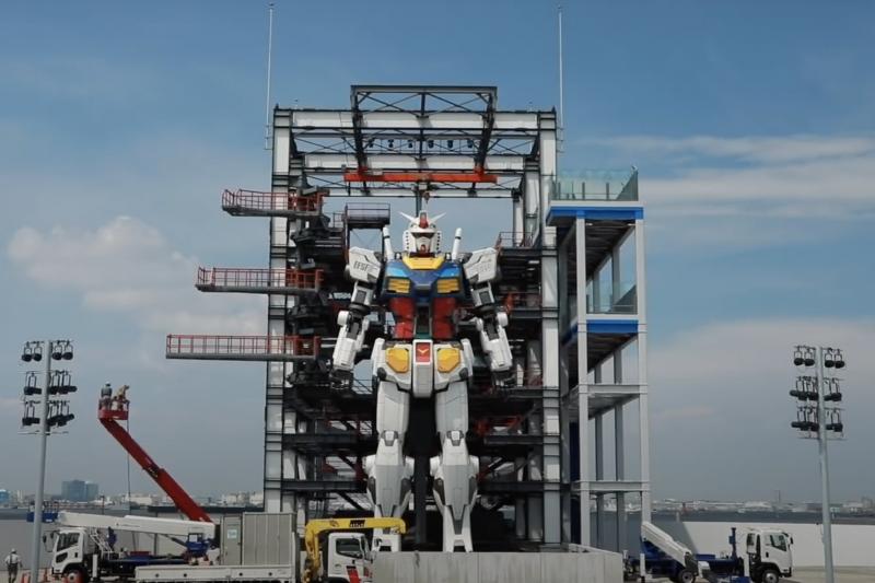 鋼彈機器人目前於橫濱接受測試,不僅會走路、跪下還會做手勢。萬代公司對此表示,預計於1年內開放參觀。(翻攝自GUNDAM FACTORY YOKOHAMA Youtube)