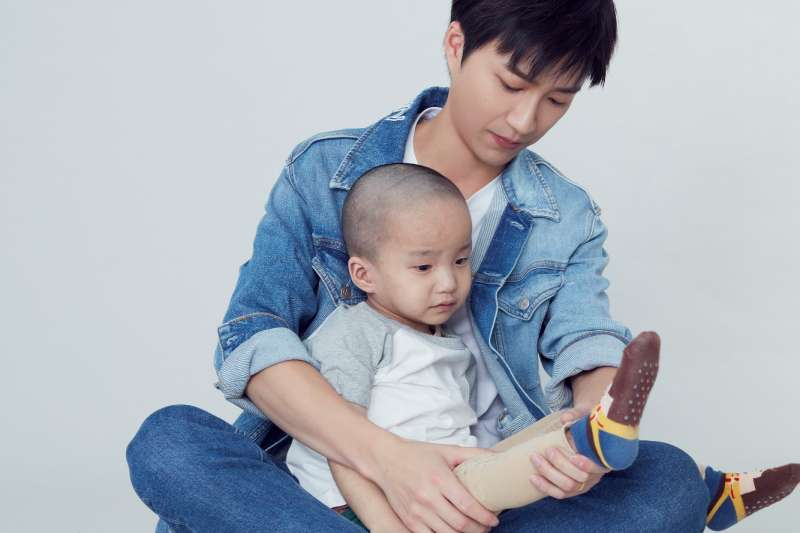 20200924-台灣桌球國手江宏傑幫,為傷顏損兒「淋淋」按摩疤痕。(陽光基金會提供)