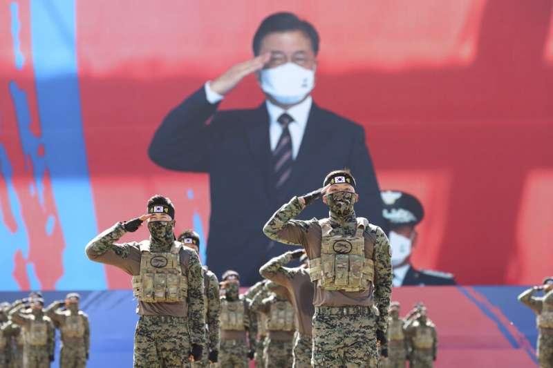 9月25日,南韓特種作戰司令部士兵在慶祝第72屆武裝部隊日的儀式上向總統文在寅致敬。南韓軍人、南韓軍隊。(AP)