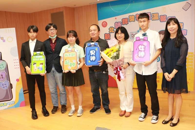 4位師鐸獎得獎教師與學生合影。(圖/李梅瑛攝)
