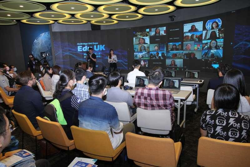 30位英國名校的校方代表同時上線在大螢幕上進行介紹,提供即時互動及諮詢服務。(圖/英國名校線上互動展提供)