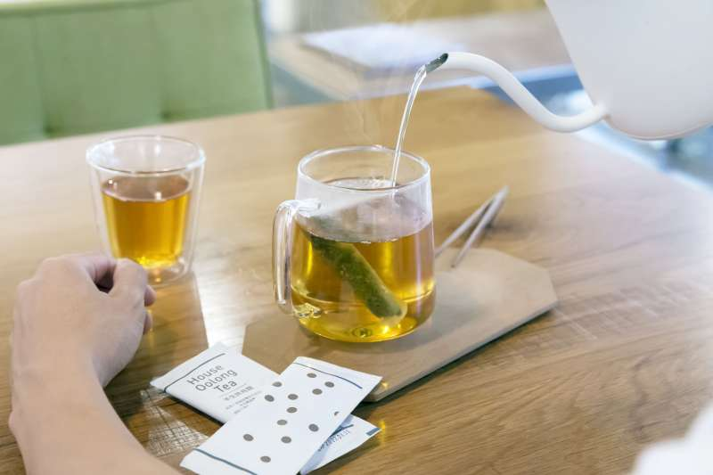 經過完整製茶工序所製作的100%台灣茶葉原葉來進行原葉研磨,除了能確保茶葉的品質與保障飲用安全性外,更能讓茶味快速釋放,符合生活步調快速但品質要求卻不想被打折扣的現代人需求。(圖/七三茶堂提供)