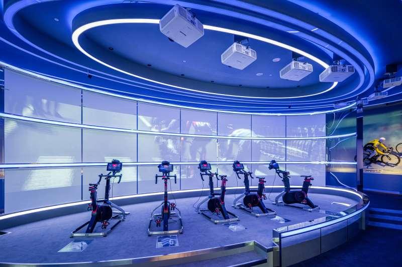 由巨大集團打造的自行車文化探索館,內有VR公路競賽供民眾體驗。(自行車文化探索館提供)
