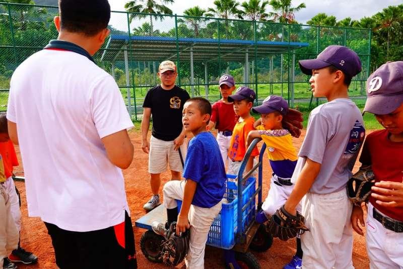 信義房屋慢壘聯盟照亮偏鄉棒球路,小球員與信義慢壘隊員暢談棒球。(信義房屋提供)