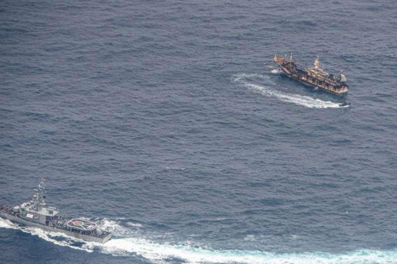 厄瓜多軍艦8月7日在加拉巴哥群島附近海域上監視外國漁船。(美國之音)