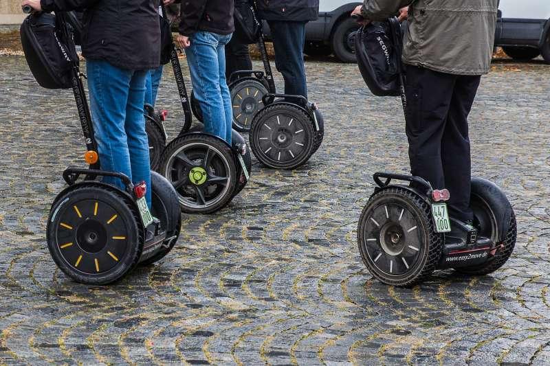 我國近來使用賽格威、電動滑板車等個人運輸載具的比例漸增,台北市交通局25日指出,將依循交通部之原則,納管相關用具不得在道路上行駛或使用。示意圖。(資料照,取自pixabay)