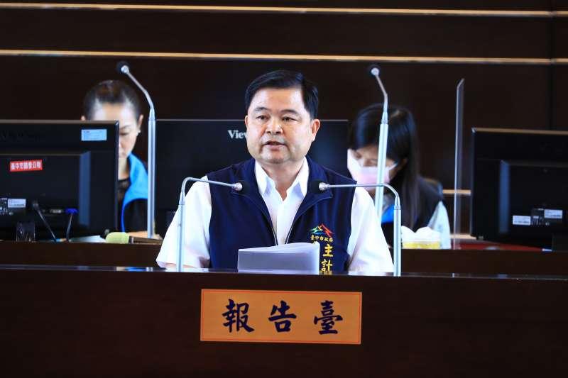 台中市主計處長蔣建中針對「110年度臺中市總預算案編製情形」進行報告。(圖/台中市政府)