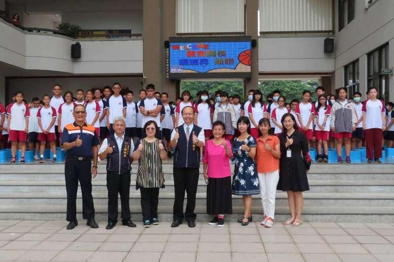 中市教育局長楊振昇訪育英國中 預祝教師節快樂。(圖/台中市政府)