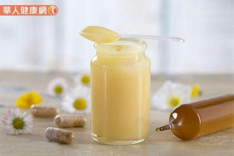 蜂王乳在空腹食用下吸收效果會比較好,故建議民眾可以在飯前15分鐘服用為佳。(圖/華人健康網)