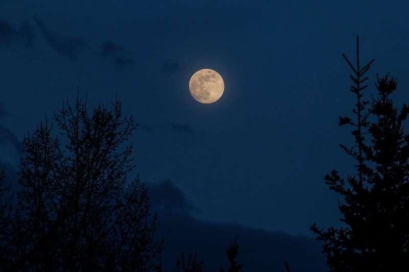 儘管名為「藍月亮」,但它實際上並不是藍色的,而更像是普通的灰色滿月。(圖/Taiwan Tatler)