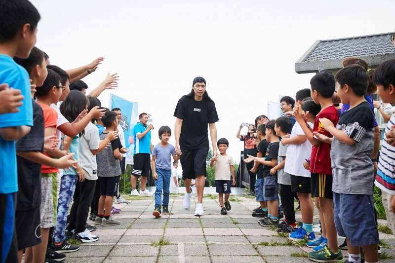 樟湖生態國中小學生列隊一一歡迎台北富邦勇士隊球員。(富邦金控提供)