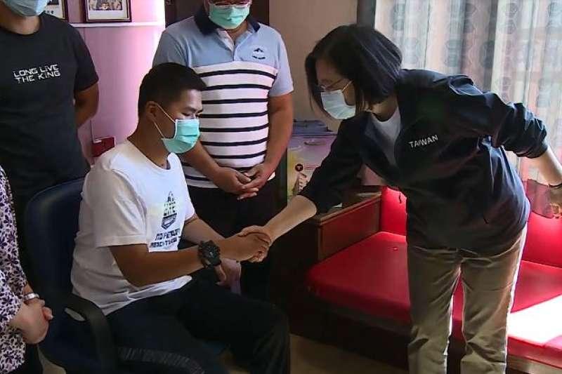 總統蔡英文(右)探視因執行跳傘任務受傷的陸軍下士秦良丰(左)及上兵高立埁,關心2人傷後狀況。(軍聞社提供)