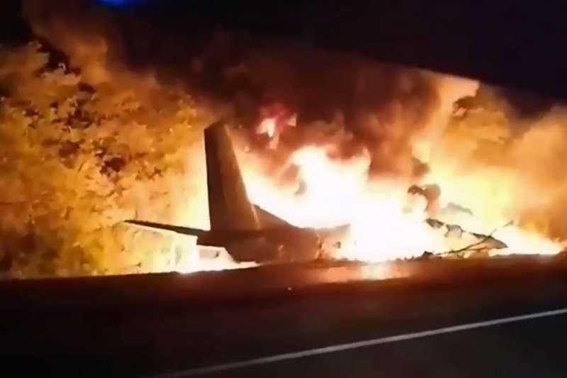 烏克蘭25日發生軍用運輸機An-26墜機事故,目前至少22人死亡。(AP)