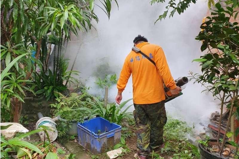 新北市府呼籲民眾應定期清除住家周遭積水容器避免養蚊,並做好個人防護措施,才能有效防止感染。(圖/新北市衛生局)