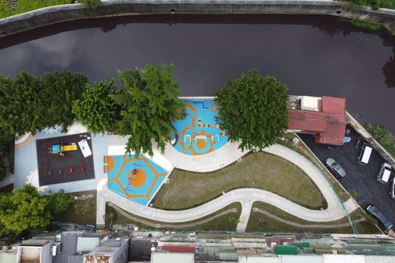 新莊瓊泰河濱公園完工,擴建至2,300平方公尺,增加適合銀髮族活動筋骨的體健設施,打造祖孫同樂的都市後花園。(圖/新北市工務局提供)