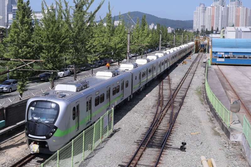 台鐵新採購之EMU900型列車將從花蓮港登陸。測試3個月以上確認安全無虞後方可營運。(圖/台灣鐵路局提供)