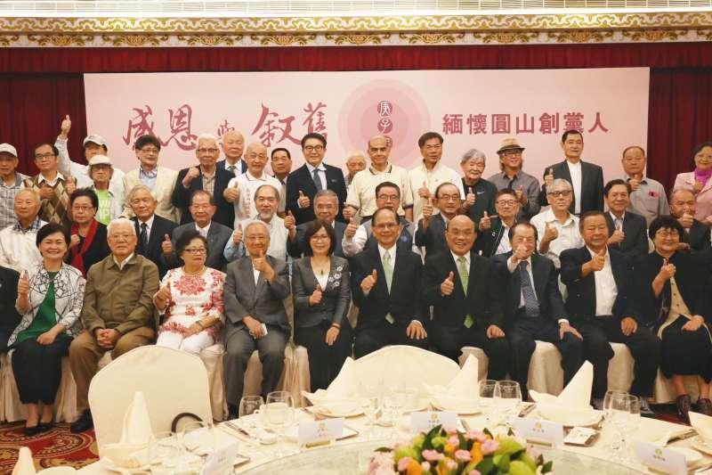 民進黨創黨34周年黨慶,當年參與圓山組黨連署的有135人,有44人已經離世,27日有49位到場參加創黨餐會。(立法院提供)