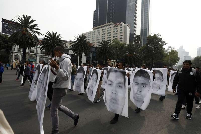 墨西哥師生遇害慘案,示威群眾拿著受害者大頭照(AP)