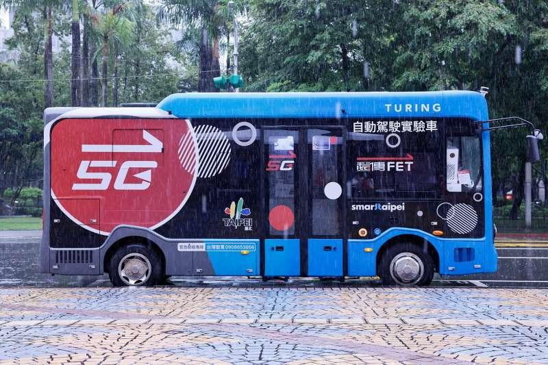 台北市信義路5G自駕巴士即日起開放線上預約試乘,提供民眾體驗5G時代的劃時代大眾運輸工具。(遠傳電信提供)